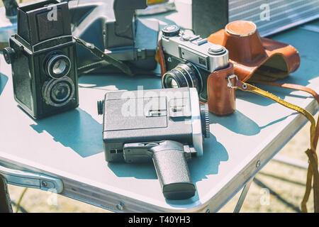 Vecchia pellicola vintage attrezzature fotografiche sul tavolo. Telecamere e camcorder. Messa a fuoco selettiva Foto Stock