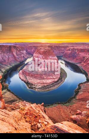 Curva a ferro di cavallo sul fiume Colorado al tramonto vicino pagina, Arizona, Stati Uniti.