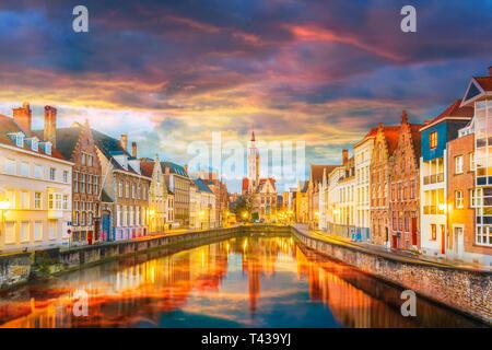 Spiegelrei canal e Jan Van Eyck quadrato al tramonto, Belgio Foto Stock