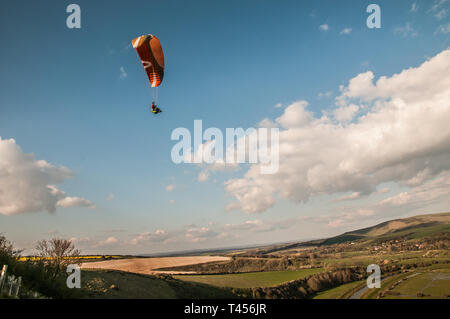 Seaford, East Sussex, Regno Unito. 13 apr 2019. Vento freddo da est porta i piloti di parapendio ad alte & oltre nella splendida South Downs affacciato sul fiume Cuckmere. Credito: David Burr/Alamy Live News Foto Stock