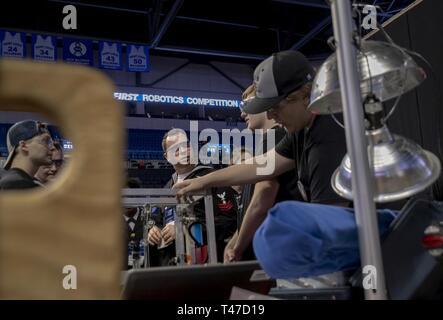 LOUIS (15 marzo 2019) Consigliere marina 1. Classe Andrew Foster, assegnato alla Marina militare del distretto di reclutamento (NRD) St. Louis, colloqui di Alton High School, Ill., studenti durante l ispirazione e il riconoscimento della scienza e della tecnologia (primo) Robotics St. Louis concorso regionale, Marzo 15, 2019. Primo Robotics è un liceo internazionale robotics concorso organizzato ogni anno in cui le squadre di studenti delle scuole superiori, allenatori e istruttori costruire gioco di robot che completare le attività come sfere di scoring in obiettivi, i dischi volanti in obiettivi, tubi interni su rack, appeso sul bar e il bilanciamento r