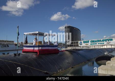 BASE PEARL HARBOR-HICKAM, Hawaii (15 marzo 2019) della Cmdr. Timothy Yanik offre commento durante il Los Angeles-classe fast-attacco sommergibile USS Charlotte (SSN 766) Modifica del comando cerimonia alla base comune Harbor-Hickam perla.