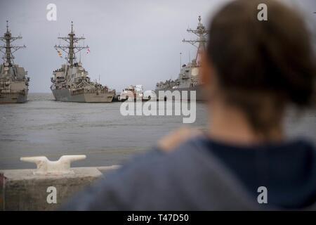 (15 marzo 2019) a amavano uno orologi come guidato-missile destroyer USS Gonzalez (DDG 66) si diparte Naval Station Norfolk. Gonzalez dispiegato per condurre missile balistico di difesa e di sicurezza del teatro gli sforzi di cooperazione.