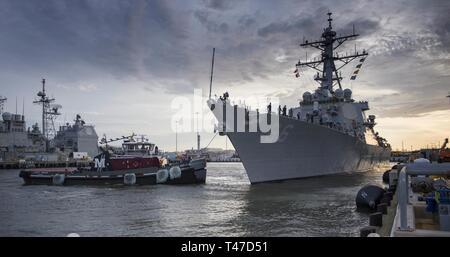 (15 marzo 2019) le visite-missile destroyer USS Gonzalez (DDG 66) si prepara a discostarsi Naval Station Norfolk. Gonzalez dispiegato per condurre missile balistico di difesa e di sicurezza del teatro gli sforzi di cooperazione.