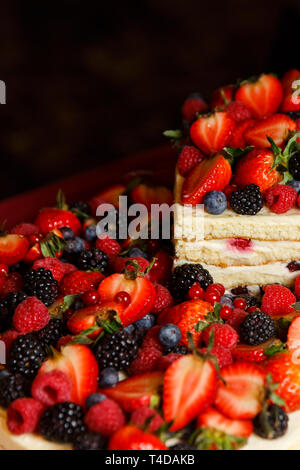 Foto della torta di miele con bacche di close-up Foto Stock
