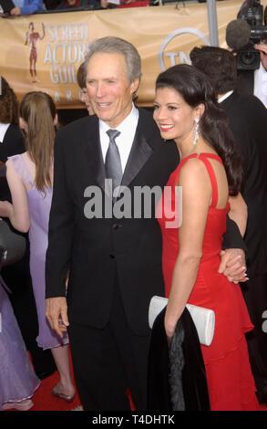 LOS ANGELES, CA. Febbraio 22, 2004: Clint Eastwood & moglie DINA RUIZ alla decima edizione della Screen Actors Guild Awards di Los Angeles. Foto Stock