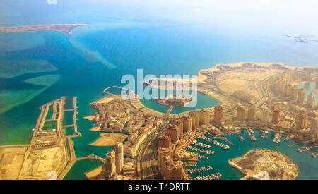 Vista aerea del Pearl-Qatar, il lussuoso e moderno isola artificiale nel Golfo Persico, Doha, Qatar, Medio Oriente. Venezia a Qanat Quartier, Marsa