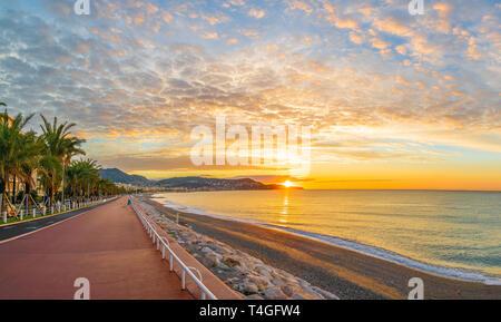 Paesaggio con sunrise variopinto panorama sulla baia degli angeli, Nizza, francese sulla Costa Azzurra Foto Stock