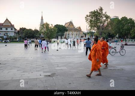 La gente del posto facendo aerobica al tramonto in Wat Botum Park, Phnom Penh, Cambogia, Asia sud-orientale, Asia Foto Stock