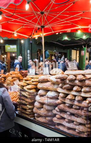 Bancarelle prodotti alimentari nel mercato di Borough di Londra. Foto Stock