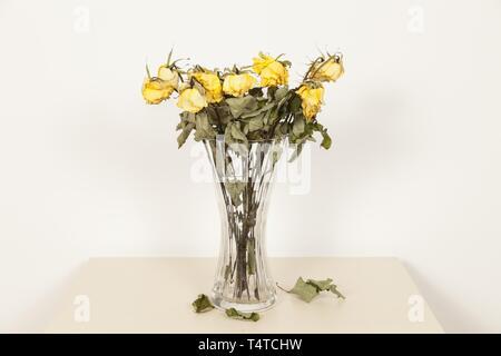 Appassiti bouquet di rose in un vaso