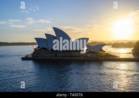 Alba vista di Sydney Opera House, un performing arts center presso il porto di Sydney, Nuovo Galles del Sud, Australia. Progettato da Jørn Utzon ha aperto nel 1973.