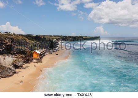 Le onde nel mare vicino a casa Foto Stock