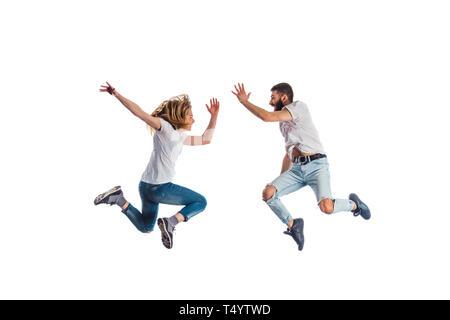 In condizioni aerobiche i formatori sono sorridere mentre salta su sfondo bianco Foto Stock