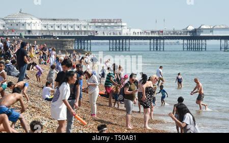 Brighton, Regno Unito. Xix Apr, 2019. La spiaggia di Brighton è imballato come buon venerdì i visitatori godere gli sfrigolanti soleggiato come le temperature raggiungono la metà anni venti lungo la costa del sud Credito: Simon Dack/Alamy Live News Foto Stock