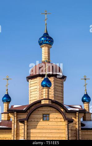 Bellissima chiesa di legno con le cupole blu con le stelle Foto Stock