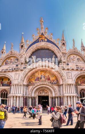 Venezia, Italia - 17 Aprile 2019: la Basilica di San Marco in Piazza San Marco. L'iconico punto di riferimento di Venezia attira migliaia di visitatori ogni giorno.