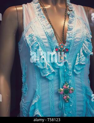 7650b9510b0a0c ... Disegni etnici da designer locali in Spagna sul display su un manichino nella  vetrina di un