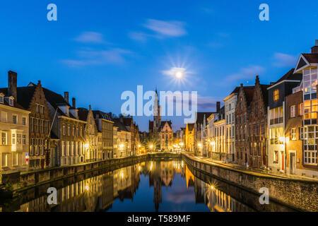 Spiegelrei canal e Jan Van Eyck quadrato in Brugge, Belgio Foto Stock