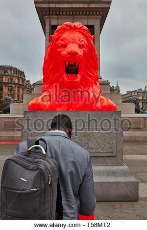 L'uomo interagendo con statua. Si prega di alimentazione del Lions - London Design Festival 2018, Londra, Regno Unito. Architetto: es Devlin, 2018. Foto Stock