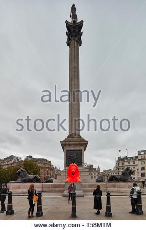 Statua con Nelsons Column. Si prega di alimentazione del Lions - London Design Festival 2018, Londra, Regno Unito. Architetto: es Devlin, 2018. Foto Stock