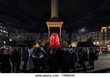 Statua con folla di notte. Si prega di alimentazione del Lions - London Design Festival 2018, Londra, Regno Unito. Architetto: es Devlin, 2018. Foto Stock