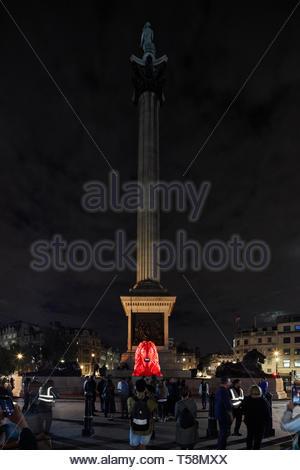 Statua di Notte con Nelsons Column. Si prega di alimentazione del Lions - London Design Festival 2018, Londra, Regno Unito. Architetto: es Devlin, 2018. Foto Stock