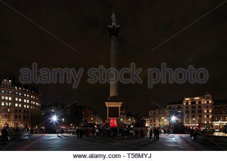 Statua e Nelsons Column di notte. Si prega di alimentazione del Lions - London Design Festival 2018, Londra, Regno Unito. Architetto: es Devlin, 2018. Foto Stock