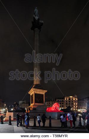 Statua e Nelson della colonna durante la notte. Si prega di alimentazione del Lions - London Design Festival 2018, Londra, Regno Unito. Architetto: es Devlin, 2018. Foto Stock