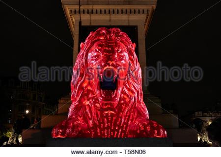 Statua da sotto con proiezione. Si prega di alimentazione del Lions - London Design Festival 2018, Londra, Regno Unito. Architetto: es Devlin, 2018. Foto Stock