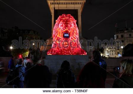 Statua con la proiezione e la folla. Si prega di alimentazione del Lions - London Design Festival 2018, Londra, Regno Unito. Architetto: es Devlin, 2018. Foto Stock