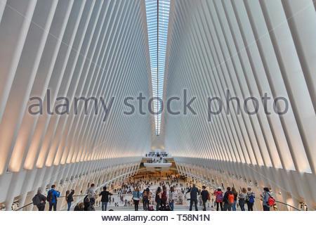 Vista sulla stazione con i visitatori. L'occhio, World Trade Center Hub di trasporto, la città di New York, Stati Uniti. L'Architetto Santiago Calatrava, 201 Foto Stock