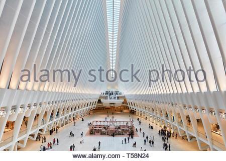Vista sulla stazione con i visitatori lontani. L'occhio, World Trade Center Hub di trasporto, la città di New York, Stati Uniti. Architetto: Santiago Calatr Foto Stock