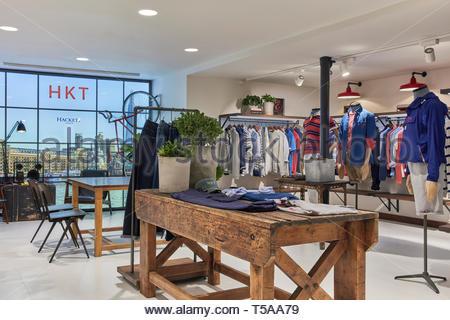 Visualizzazione della tabella in showroom. HKT Showroom, Londra, Regno Unito. Architetto: N/A, 2019. Foto Stock