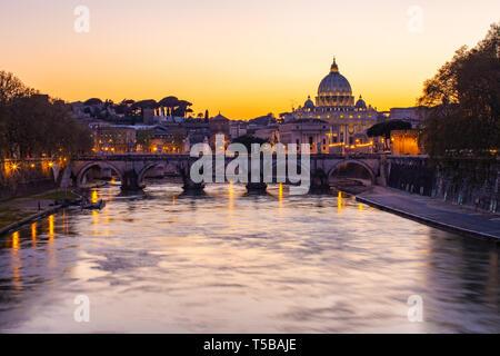 Twilight vista della Basilica di San Pietro con il fiume Tevere a Roma, Italia. Foto Stock