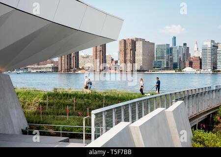 Prati e East River dalla rampa che conduce a trascurare. Cacciatori South Park, New York, Stati Uniti. Architetto: SWA/Balsley in collabora Foto Stock