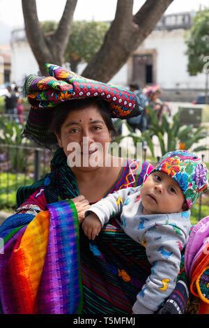 America centrale di persone - una madre guatemalteca e i bambini in un colorato costume locale; Antigua Guatemala America Latina