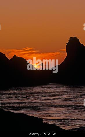 Southern Oregon costa con stagliano formazioni rocciose e fisherman camminando sulle rocce tramonto spettacolare Harris Beach State Park Oregon stato USA Foto Stock