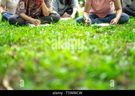 Ragazzi asiatici nel giardino di workshop e hanno agito insieme. Foto Stock