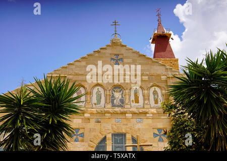 Vista frontale della Chiesa degli Apostoli nella città vecchia Madaba, Giordania. Foto Stock