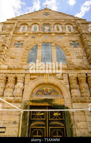 Mosaico di facciata che mostra la decapitazione di Giovanni Battista, Chiesa degli Apostoli, Madaba, Giordania. Foto Stock