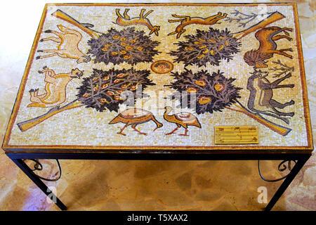 Copia del mosaico del paradiso in casa di Farid al-Masri, all'interno Chiesa degli Apostoli nella città vecchia Madaba, Giordania. Foto Stock