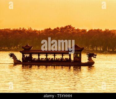 Pechino, Cina. Xix oct, 2006. Al crepuscolo, un Cinese Dragon Boat con turisti sul Lago Kunming, nell'estate Palazzo, un giardino imperiale della Dinastia Qing, un vasto insieme di laghi, giardini e palazzi di Pechino, un sito Patrimonio Mondiale dell'UNESCO è una destinazione turistica preferita: Credito Arnold Drapkin/ZUMA filo/Alamy Live News Foto Stock