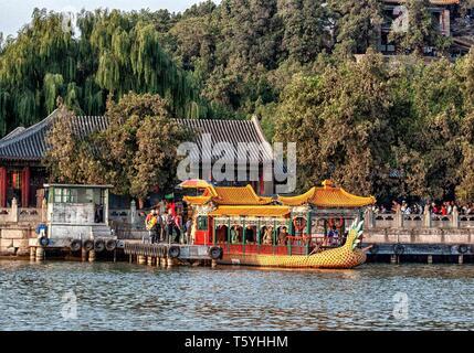 Pechino, Cina. Xix oct, 2006. I turisti a bordo di un dragone cinese barca sul Lago Kunming, nell'estate Palazzo, un giardino imperiale della Dinastia Qing, un vasto insieme di laghi, giardini e palazzi di Pechino, un sito Patrimonio Mondiale dell'UNESCO è una destinazione preferita dai turisti. Credito: Arnold Drapkin/ZUMA filo/Alamy Live News Foto Stock