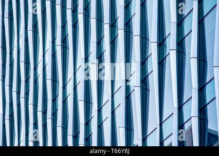 Abstract architettonico, un moderno edificio con vetro e finestre a Londra Foto Stock
