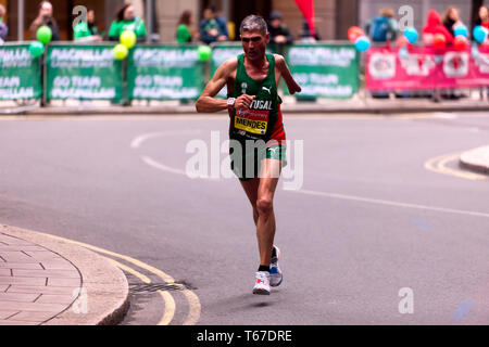 Manuel Mendes in esecuzione per il Portogallo, nel 2019 la maratona di Londra. Manuel è andato a finire quarto in T45/46 categoria, in un tempo di 02:36:34 Foto Stock
