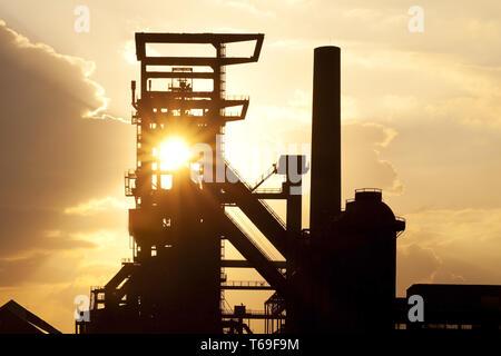 In disuso impianto industriale ovest di Phoenix con altoforno 5, Dortmund, la zona della Ruhr, Germania, Europa Foto Stock