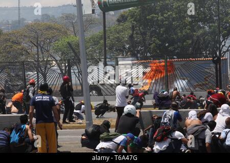 Caracas, Venezuela. 30 apr, 2019. I simpatizzanti del presidente del parlamento venezuelano, protesta a Caracas, Venezuela, 30 aprile 2019. Guaido ha chiesto ai sostenitori di prendere le strade al fine di obbligare il presidente Nicolas Maduro fuori ufficio. Credito: Miguel Gutierrez/EFE/Alamy Live News Foto Stock