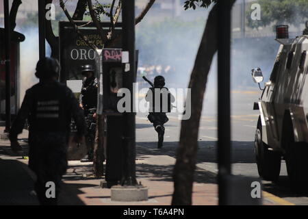 Caracas, Venezuela. 30 apr, 2019. La Guardia Nazionale i soldati sono in azione contro i dimostranti. Dopo la rivolta di alcuni soldati contro il governo del Presidente venezuelano Maduro, dimostranti e fedeli delle forze di sicurezza nella capitale Caracas hanno lottato duramente. Credito: Rafael Hernández/dpa/Alamy Live News Foto Stock
