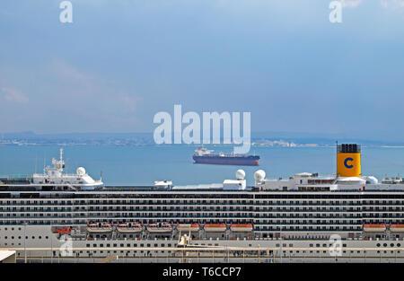 La nave di crociera in banchina porto di fiume Tejo Tagus la vista del porto dalla Miradouro de Santa Luzia lookout point in Alfama Lisbona Portogallo Europa KATHY DEWITT Foto Stock